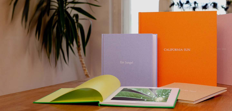 Wir belichten dein Fotobuch auf hochwertigem Fotopapier aus und fertigen den Einband aus Regency Buchleinen. Ein Vorsatzpapier und dein individueller Prägetitel zaubern den perfekten Rahmen für deine Erinnerungen.