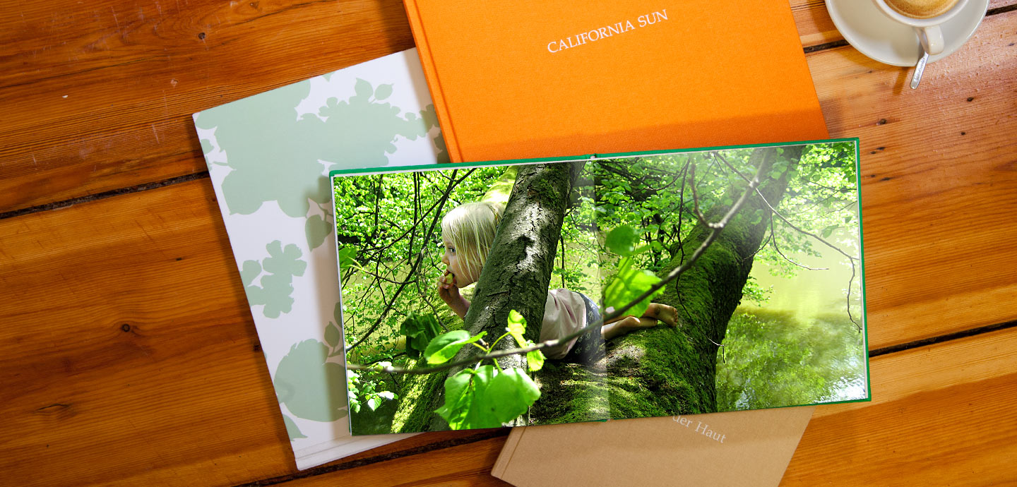 Developing your photos on genuine photo paper guarantees brilliant colors. Double-paged photos are mounted flush in a special layflat panorama binding to ensure that there isn't any annoying crease in the middle.